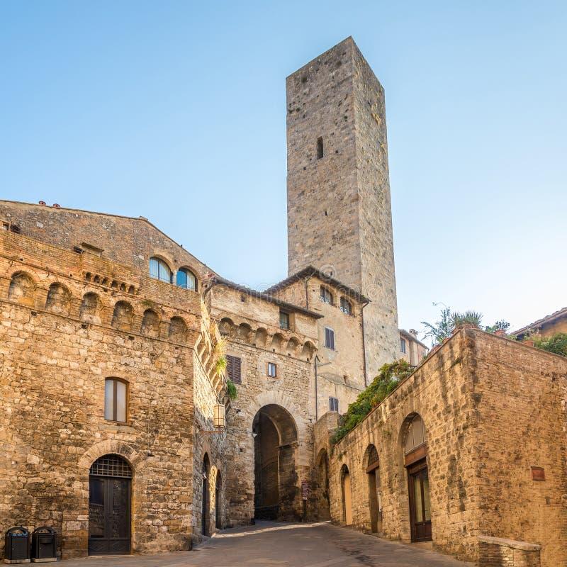 Vista alla torre di Becci nelle vie di San Gimignano in Italia - in Toscana fotografia stock