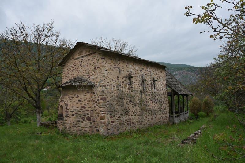Vista alla vecchia chiesa ortodossa fatta di roccia fotografia stock