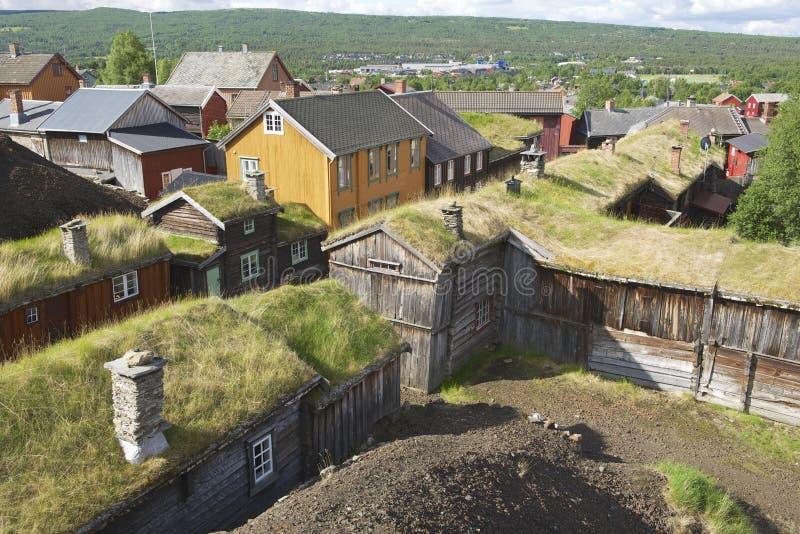 Vista alle case tradizionali della città delle miniere di rame di Roros, Norvegia fotografia stock libera da diritti
