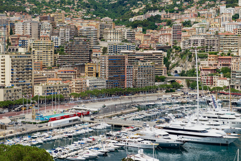 Vista alle costruzioni ed al porticciolo di Monte Carlo nel Monaco, Monaco fotografie stock libere da diritti