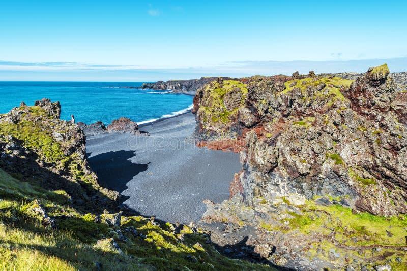 Vista alle formazioni vulcaniche della lava di spiaggia di Djupalonssandur nella direzione del nord fotografia stock libera da diritti