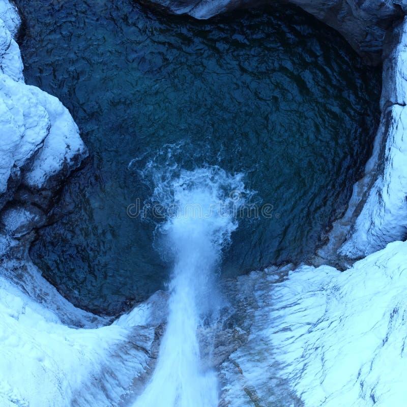 Vista alpina di Arial della cascata di inverno fotografie stock