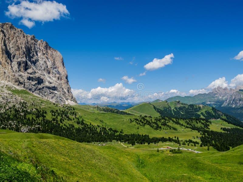Vista alpina di luglio dal passaggio nelle dolomia, Tirolo del sud, Italia di Sella immagini stock libere da diritti