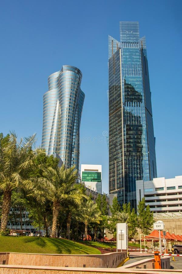 Vista alta vicina dei grattacieli moderni con la facciata di vetro finanziaria ed il centro di affari in Doha, Qatar fotografia stock