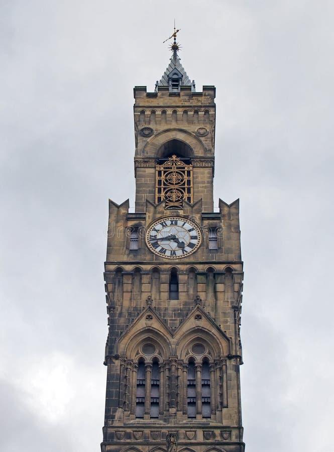 Vista alta vicina della torre di orologio del comune di Bradford in West Yorkshire una costruzione gotica vittoriana dell'arenari fotografia stock libera da diritti