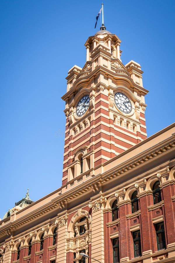 Vista alta vicina della torre di orologio della stazione della via del Flinders a Melbourne Australia fotografia stock