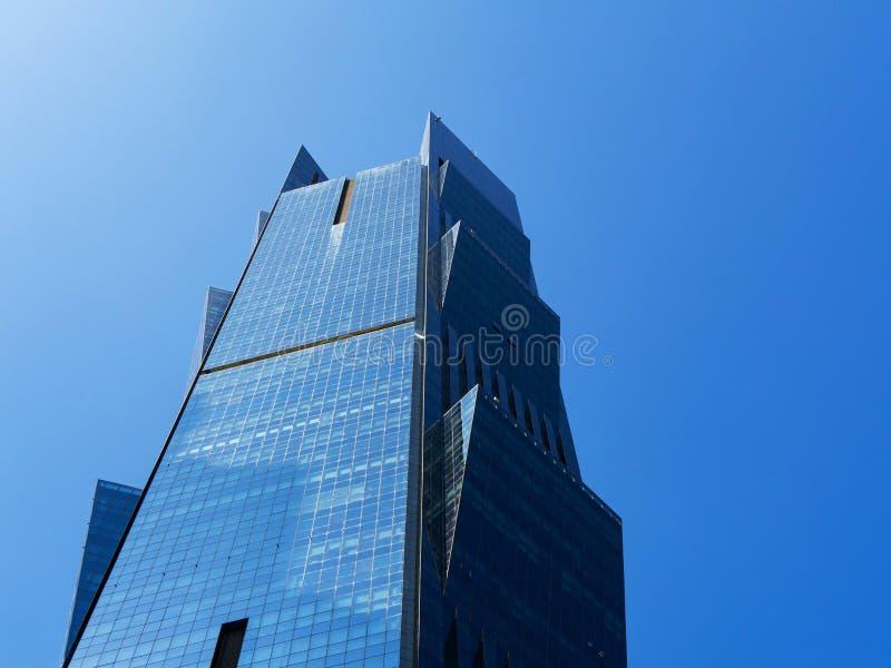 Vista alta vicina della torre moderna in Doha, Qatar della palma del grattacielo immagini stock
