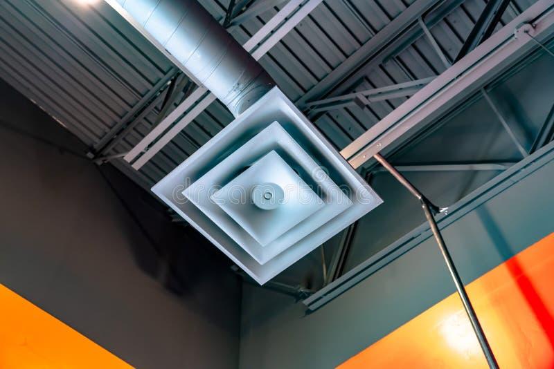Vista alta vicina di un ventilatore quadrato del condizionatore d'aria collegato ad un tubo immagini stock