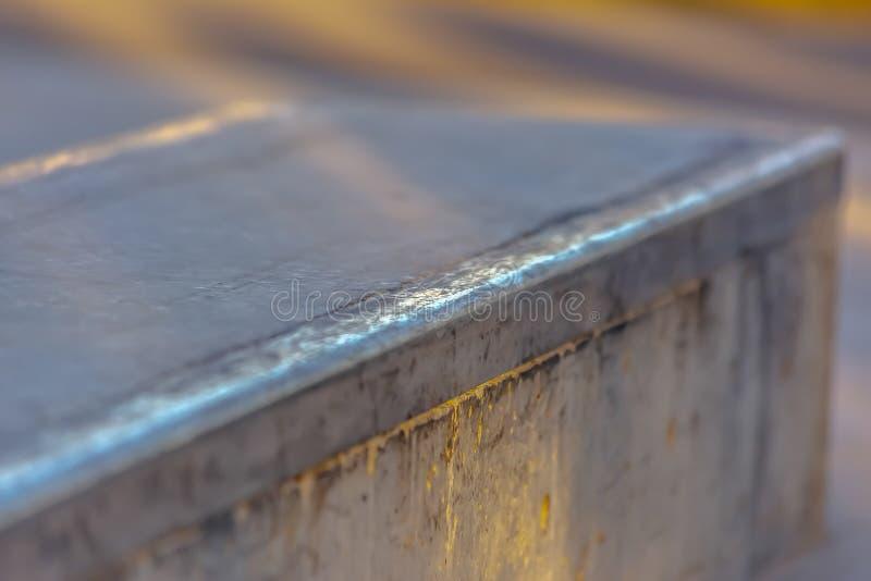 Vista alta vicina di una piattaforma ad un parco pattinante ricreativo un giorno soleggiato fotografia stock libera da diritti