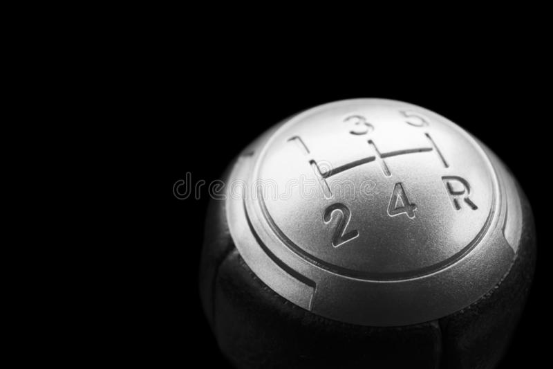 Vista alta vicina di uno spostamento del cambio isolato su fondo nero Scatola ingranaggi manuale Dettagli dell'interno dell'autom fotografia stock libera da diritti