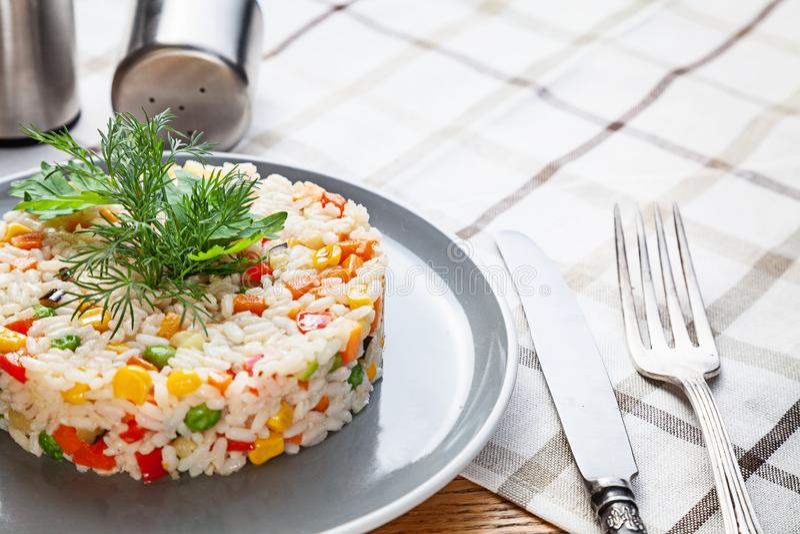 Vista alta vicina sul piatto di riso con le verdure Fried Rice di verdure cinese vegano casalingo o alimento vegetariano per pran immagini stock