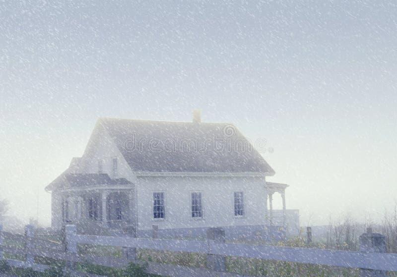 Vista alterada Digital de uma casa encoberta na neve e na névoa em Mendocino, Califórnia fotografia de stock