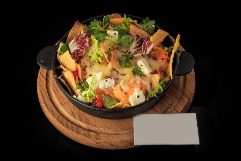 vista in alto su formaggi, verdure e insalata di verde finemente decorati immagine stock