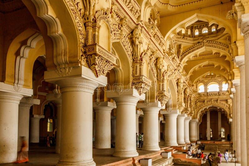 Vista ampia di un palazzo antico di Thirumalai Nayak con la gente, le sculture e le colonne, Madura, Tamil Nadu, India, il 13 mag fotografia stock