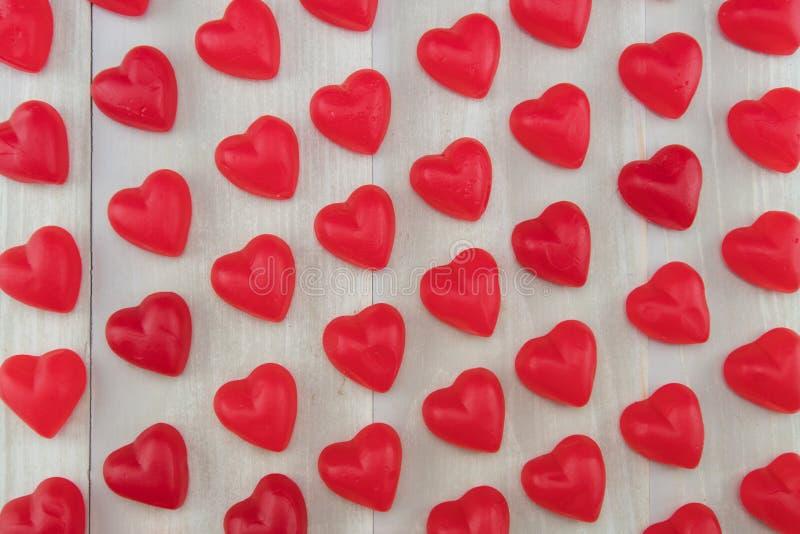 Vista amplia de corazones gomosos rojos al ángulo foto de archivo libre de regalías