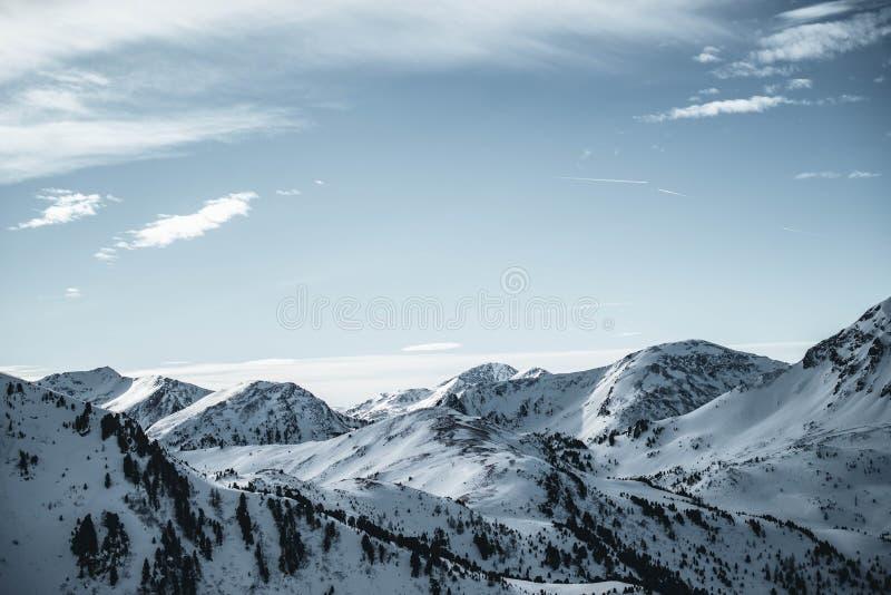 Vista amplia de las montañas de Nocky en las montañas austríacas Día asoleado con el cielo azul foto de archivo libre de regalías