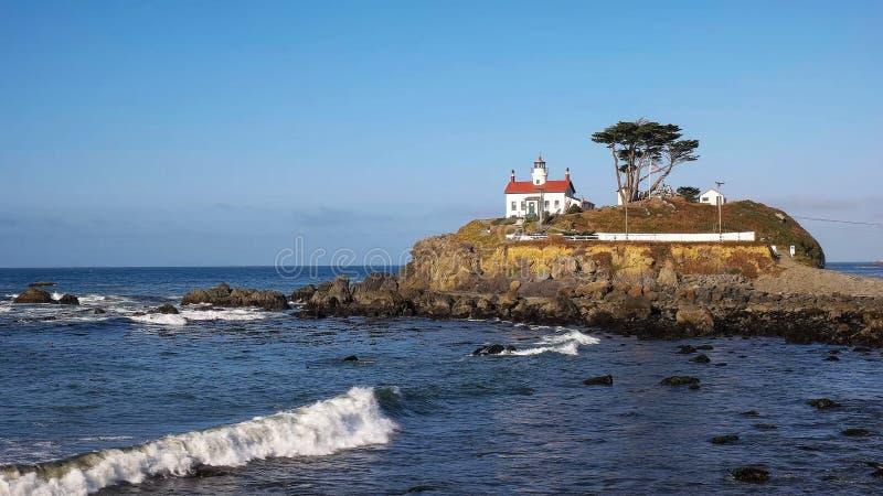 Vista amplia del faro en la ciudad creciente a lo largo de la costa del norte de California imagen de archivo libre de regalías