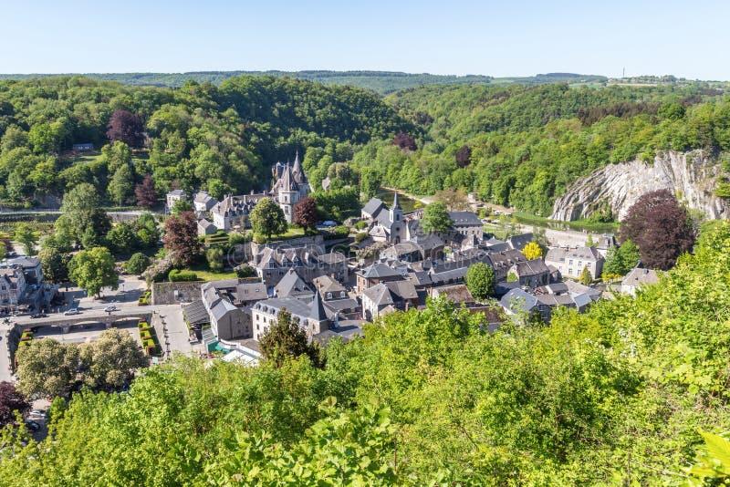 Vista amplia a la ciudad de Durbuy desde arriba fotos de archivo