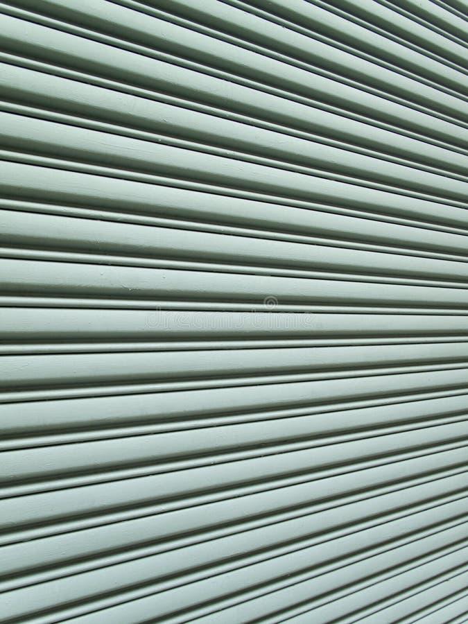 Vista angular de la puerta del garage fotos de archivo