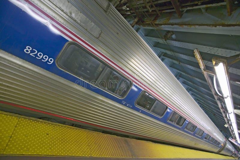 Vista angular do trem de Amtrak em Penn Station, New York City, Manhattan, New York imagens de stock royalty free