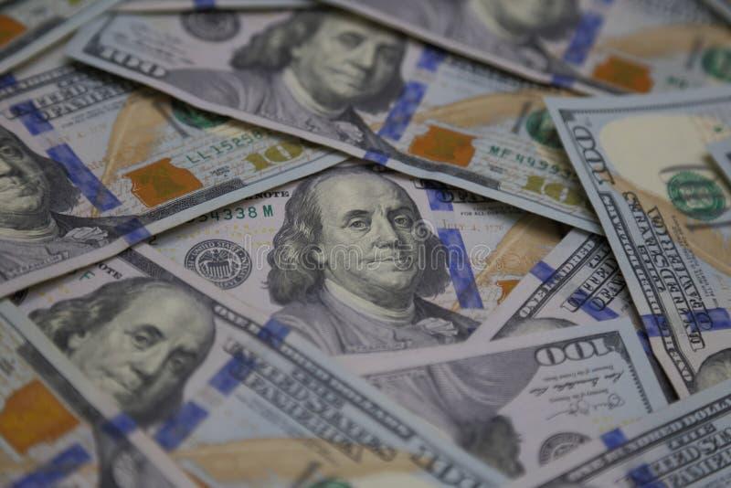 Vista angulosa de U S Cientos billetes de dólar dispersados encima de cierre fotos de archivo libres de regalías