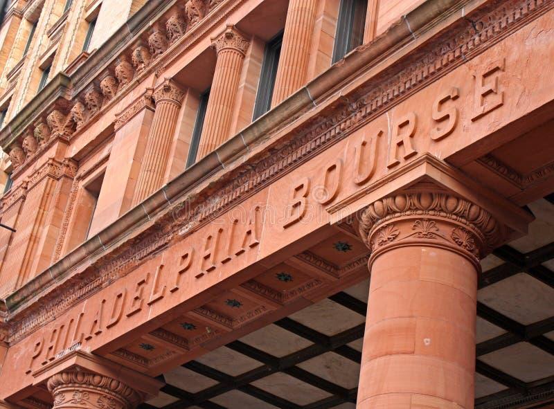 Vista angulosa del edificio de la bolsa en Philadelphia foto de archivo