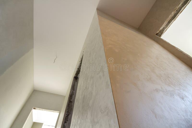 Vista angulosa del nuevo apartamento inacabado bajo reconstrucción Techo blanco, paredes enyesadas, aberturas de las puertas Cons imagen de archivo libre de regalías