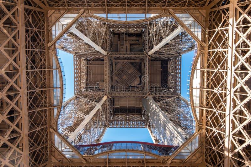 Vista ante el interior de la torre Eiffel fotos de archivo libres de regalías
