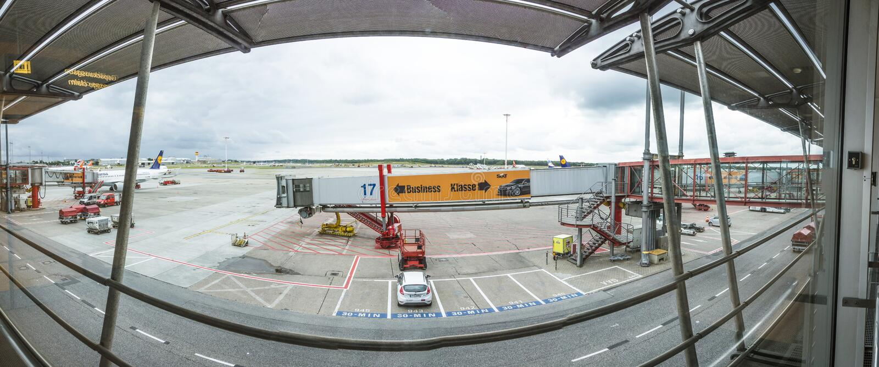 Vista ao avental na porta no terminal 2 em Hamburgo, Alemanha imagens de stock