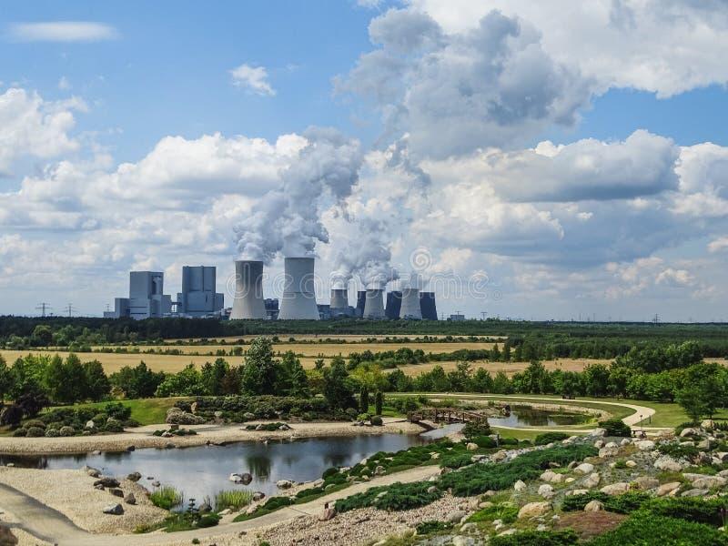 A vista ao boxberg do central elétrica de carvão do findlingspark nochten fotografia de stock