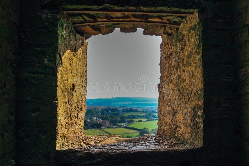 Vista ao campo através da janela da parede do castelo imagem de stock royalty free