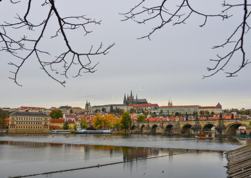 Vista ao castelo de Charles Bridge e de Praga fotografia de stock royalty free