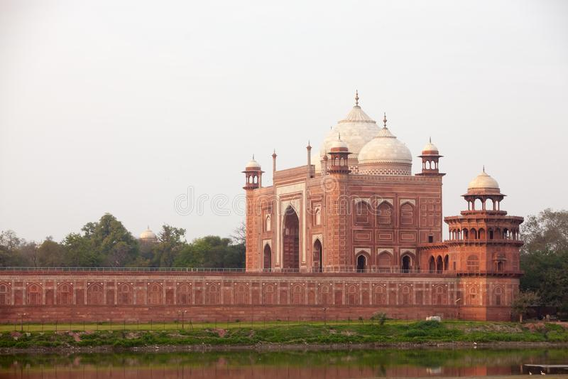 Vista ao complexo de Taj Mahal, Agra, Índia fotografia de stock royalty free