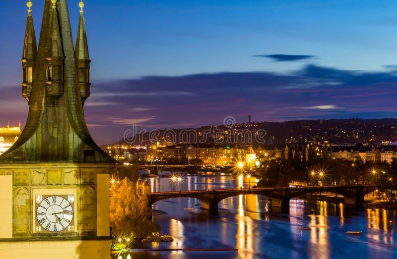 Vista ao distrito pequeno da noite na cidade grande Praga, república checa imagens de stock
