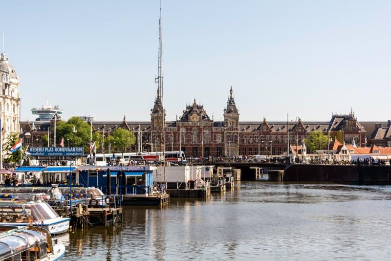 Vista ao gótico, fachada do renascimento do renascimento da estação da central de Amsterdão imagem de stock royalty free