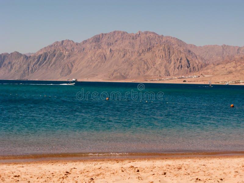 Vista ao golfo de Dahab da praia imagens de stock