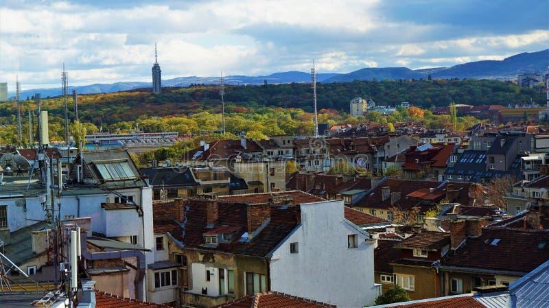 Vista ao gradina de Borissowa sobre os telhados de Sófia fotografia de stock