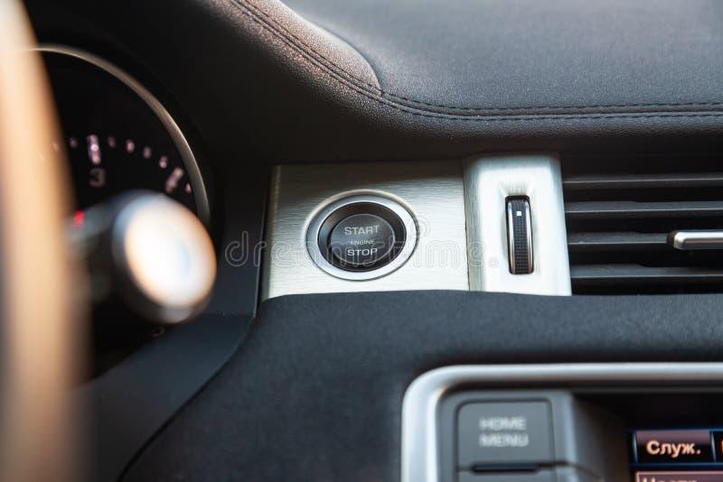 Vista ao interior da terra Rover Evoque com painel, botão start-stop após a limpeza antes da venda no estacionamento imagens de stock