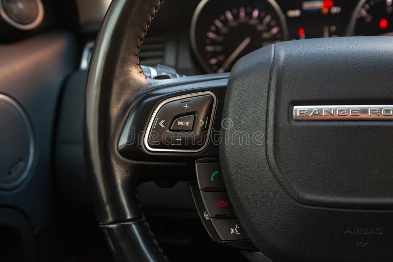 Vista ao interior da terra Rover Evoque com painel, volante com os bot?es ap?s a limpeza antes da venda no estacionamento foto de stock royalty free
