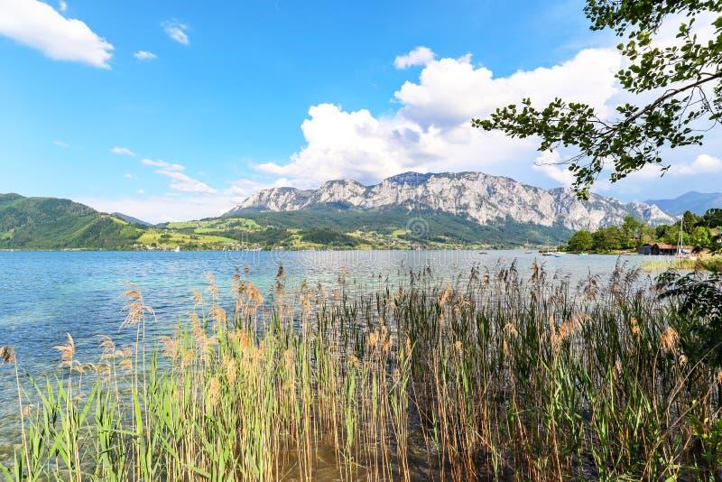 Vista ao lago Attersee com barco de navigação, montanhas de cumes austríacos perto de Salzburg, Áustria Europa imagens de stock