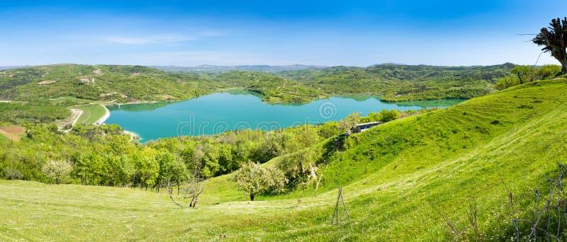 Vista ao lago bebendo Butoniga do reservatório em Istria na Croácia imagem de stock