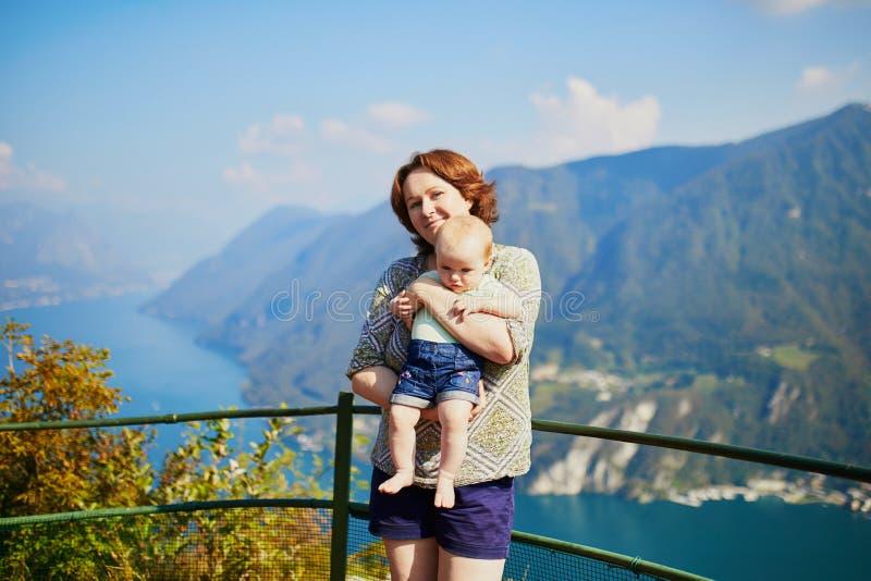 Vista ao lago Lugano da montanha de San Salvatore em Lugano, Su??a fotografia de stock
