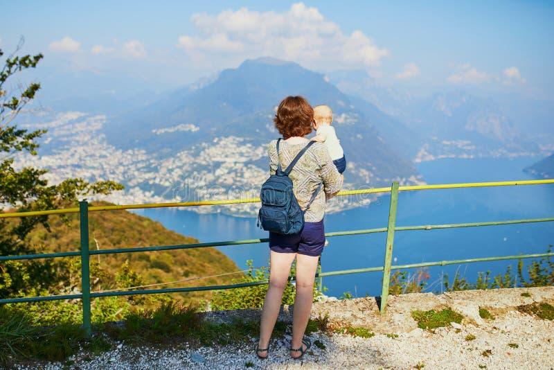 Vista ao lago Lugano da montanha de San Salvatore em Lugano, Su??a imagem de stock royalty free