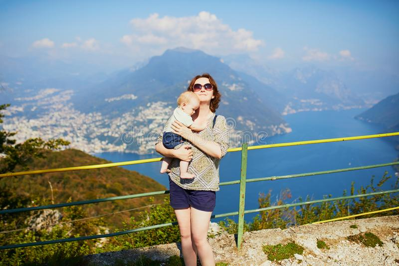 Vista ao lago Lugano da montanha de San Salvatore em Lugano, Su??a imagens de stock royalty free