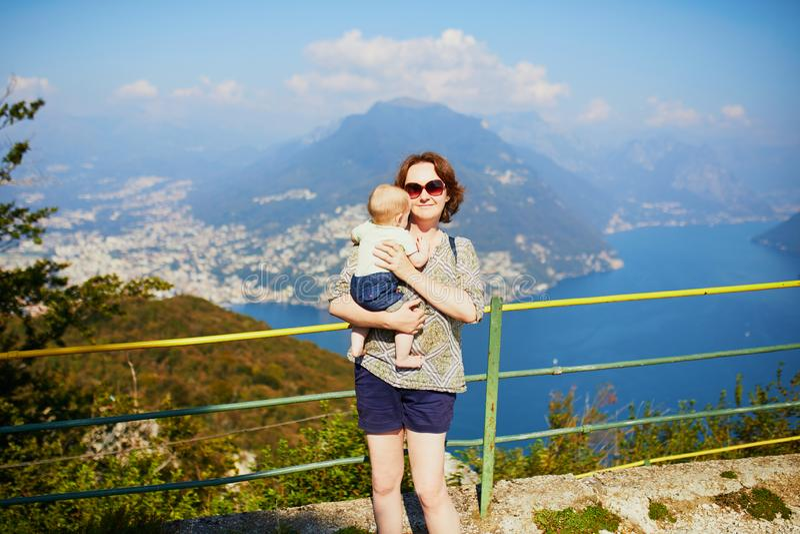 Vista ao lago Lugano da montanha de San Salvatore em Lugano, Su??a foto de stock