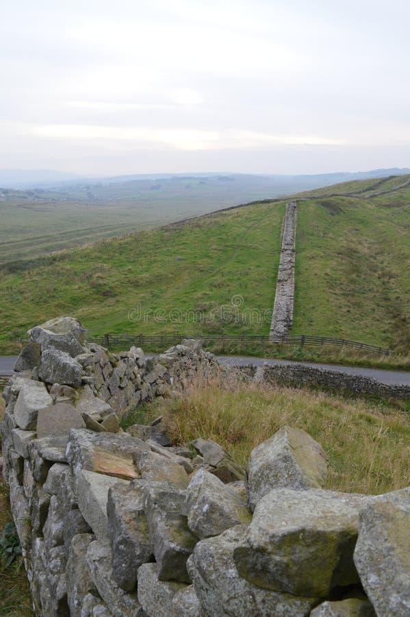 Vista ao longo da parede Northumberland de Hadrians fotos de stock royalty free