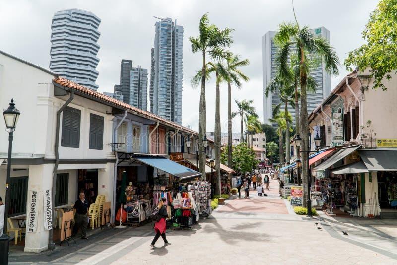 Vista ao longo da rua de Bussorah da mesquita da sultão de Masjid no distrito do encanto do Kampong, Singapura foto de stock royalty free
