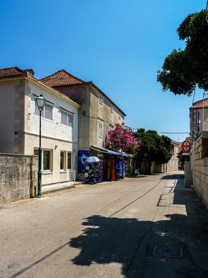 Vista ao longo da rua em Viganj com a loja que vende bens do turista fotografia de stock