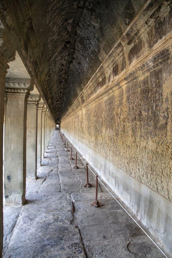 Vista ao longo de um corredor em Angkor Wat Construído originalmente no início do século XII, as ruínas são uma atração turística fotos de stock royalty free