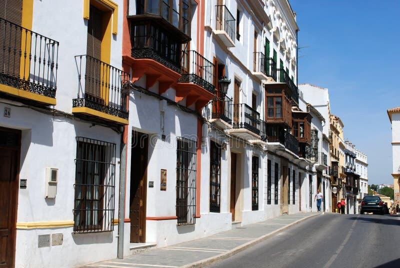 Vista ao longo de uma rua espanhola tradicional do centro de cidade, Ronda, Espanha imagens de stock royalty free